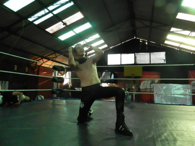 Johnny Ghost fue el mejor en lucha triple amenaza y avanzó en su carrera titular.